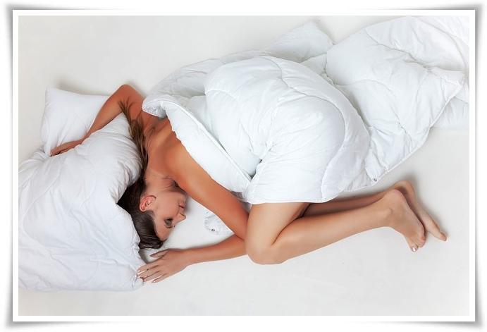 kebiasaan tidur yang merusak kulit