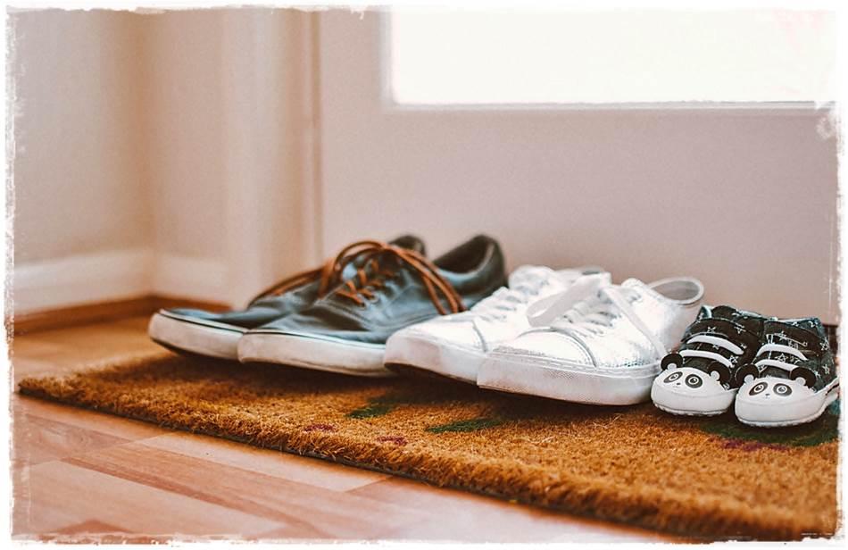 cara menghilangkan bau sepatu -