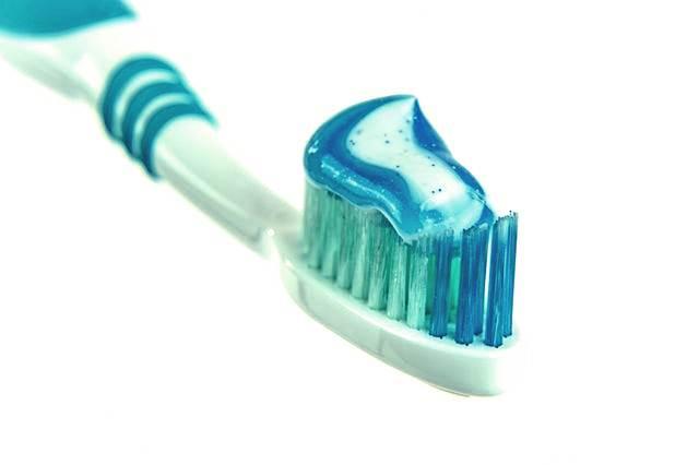 Cara membersihkan karang gigi