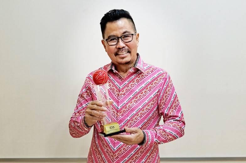 Foto 1 Djoko Tata Ibrahim Deputy CEO Smartfren Saat Menerima Penghargaan IDX Channel Anugerah Inovasi Indonesia 2021 1